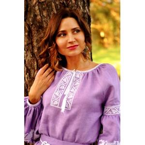 Изящное платье лавандового оттенка с нежной вышивкой