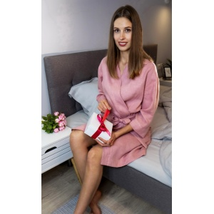 Женский льняной халат нежного розового оттенка